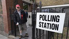 Сторонник Лейбористской партии выходит с избирательного участка в Лондоне. Архивное фото