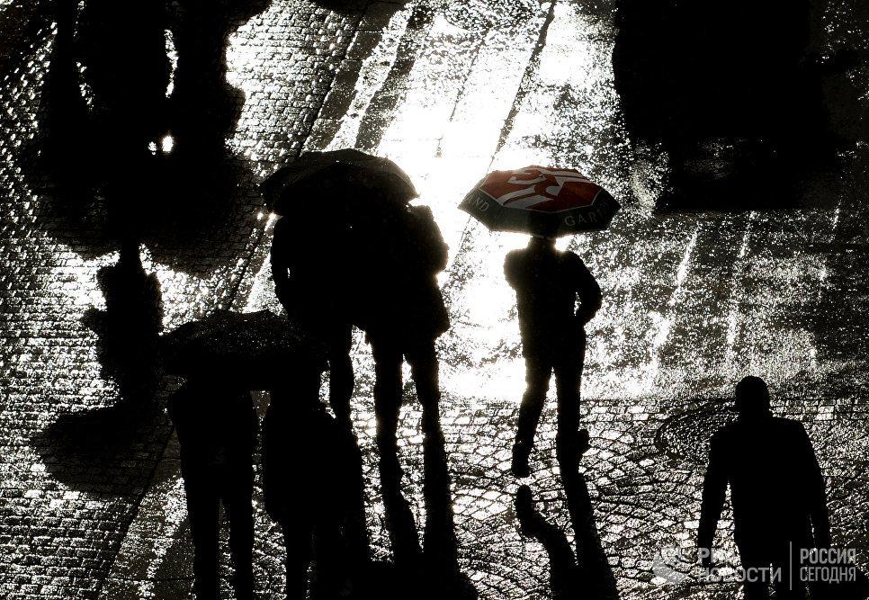 Зрители выходят с корта Сюзанн Ленглен в Париже