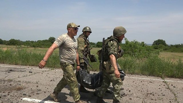 Эвакуация тела военнослужащего ВСУ. Архивное фото