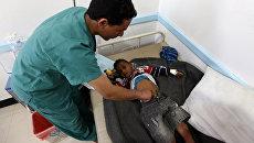 Йеменский врач проверяет ребенка, подозреваемого в заражении холерой. Архивное фото