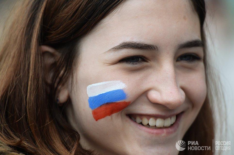 Участница праздничного митинга в честь Дня России на площади Ленина в Новосибирске.  12 июня 2017