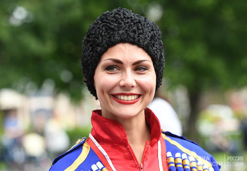 Участница праздника русского гостеприимства СамоварФест в саду Эрмитаж. 12 июня 2017
