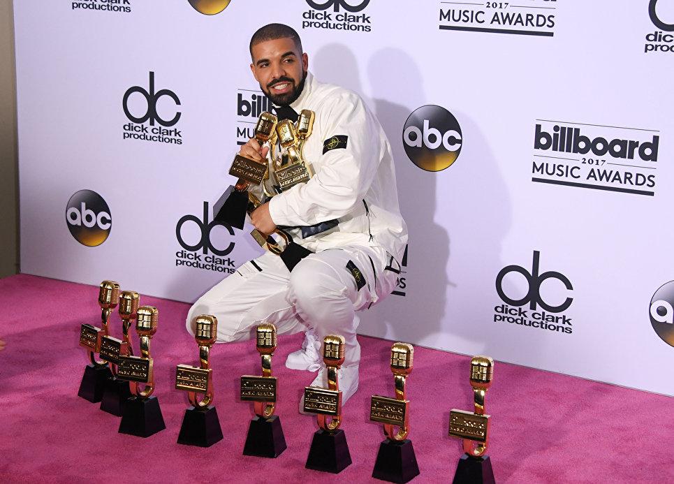 Канадский рэппер Дрейк позирует с наградами на церемонии вручения премии Billboard Music Awards в Лас-Вегасе