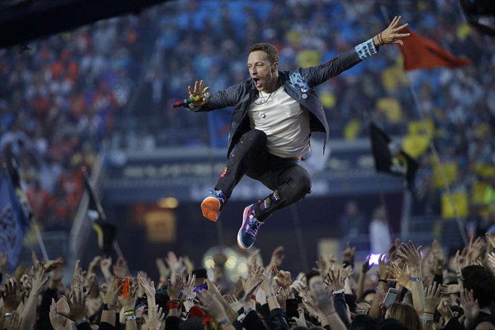 Певец Coldplay Крис Мартин во время выступления на NFL Super Bowl в Санта-Кларе