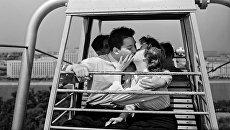 Влюбленные на колесе обозрения в Центральном парке культуры и отдыха им. М. Горького. Москва, 1959
