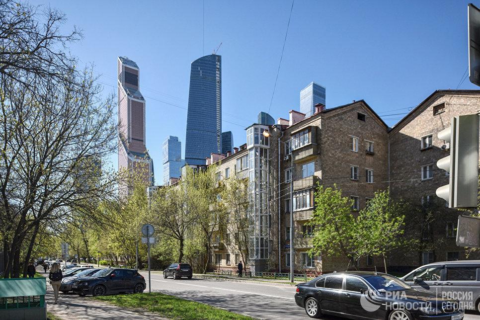 Пятиэтажные дома рядом с международным деловым центром Москва-Сити