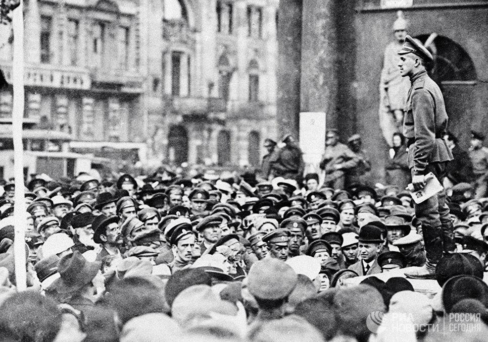 Участники митинга у Аничкова дворца. 1917 год