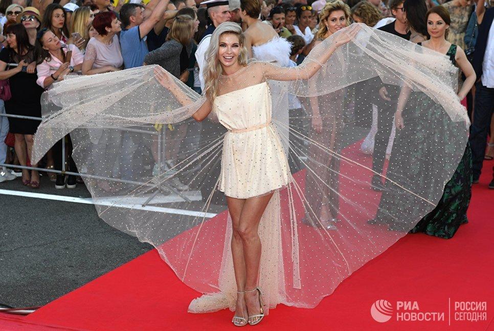 Актриса Наталья Бардо на красной дорожке перед торжественной церемонией закрытия 28-го Открытого Российского кинофестиваля Кинотавр в Сочи