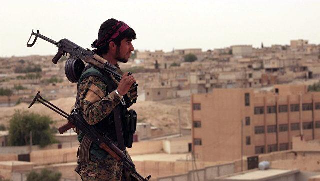 Член Сирийских демократических сил, состоящих из альянса курдских и арабских бойцов. Архивное фото