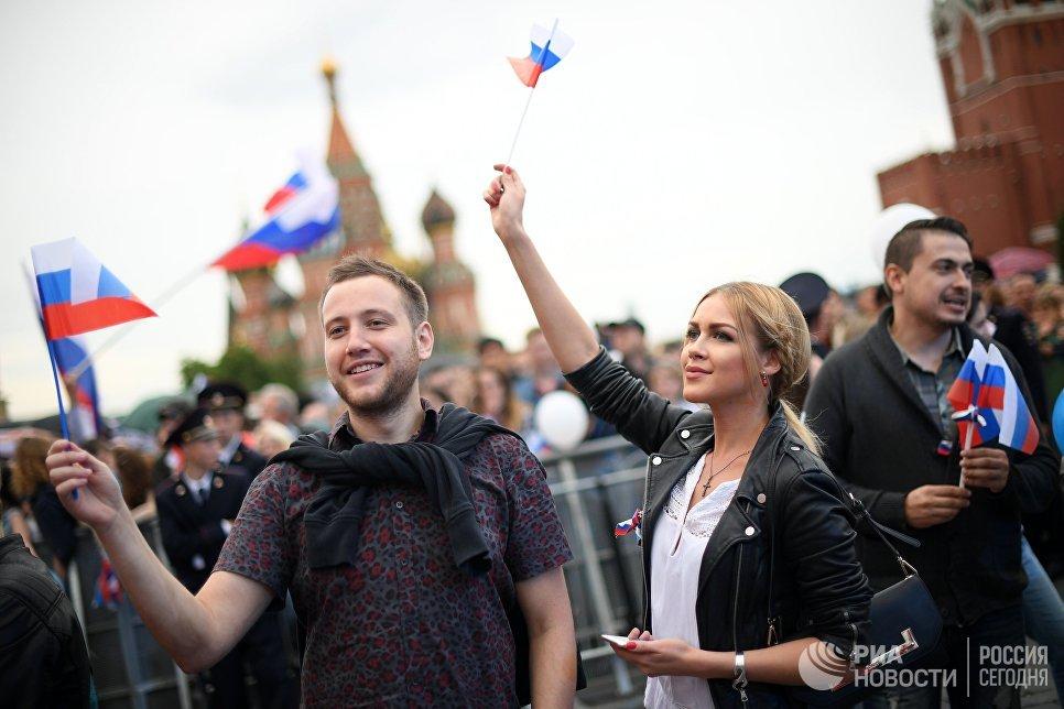 Зрители во время праздничного концерта, посвященного Дню России, на Красной площади
