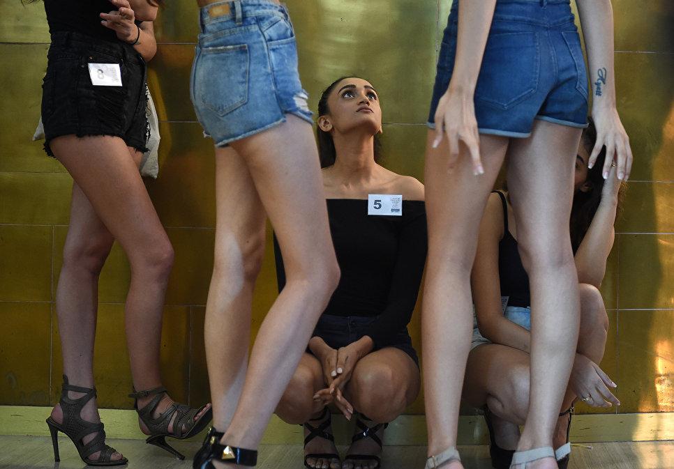 Модели во время кастинга перед Lakme Fashion Week в Мумбаи