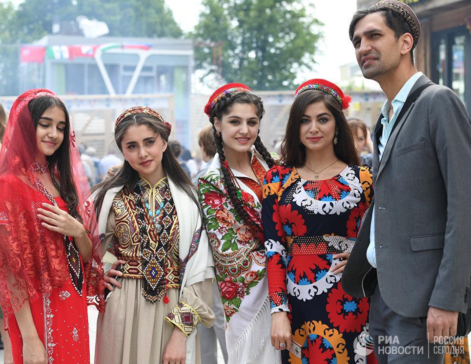 Участники праздника русского гостеприимства СамоварФест в саду Эрмитаж