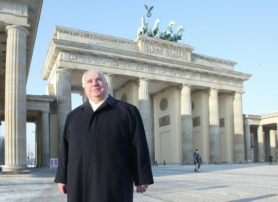 Бывший канцлер Германии Гельмут Коль возле Бранденбургских ворот. 2003 год