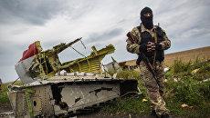 Ополченец на месте крушения лайнера Boeing 777 Малайзийских авиалиний в районе города Шахтерск Донецкой области. Архивное фото