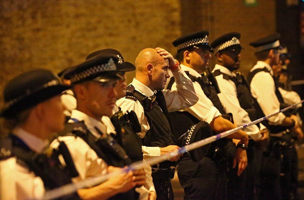 Полиция работает на месте наезда фургона на толпу людей в Лондоне. 19.06.2017