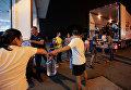 Волонтеры разгружают продовольствие на пожарной станции в Педрогао Гранде, Португалия