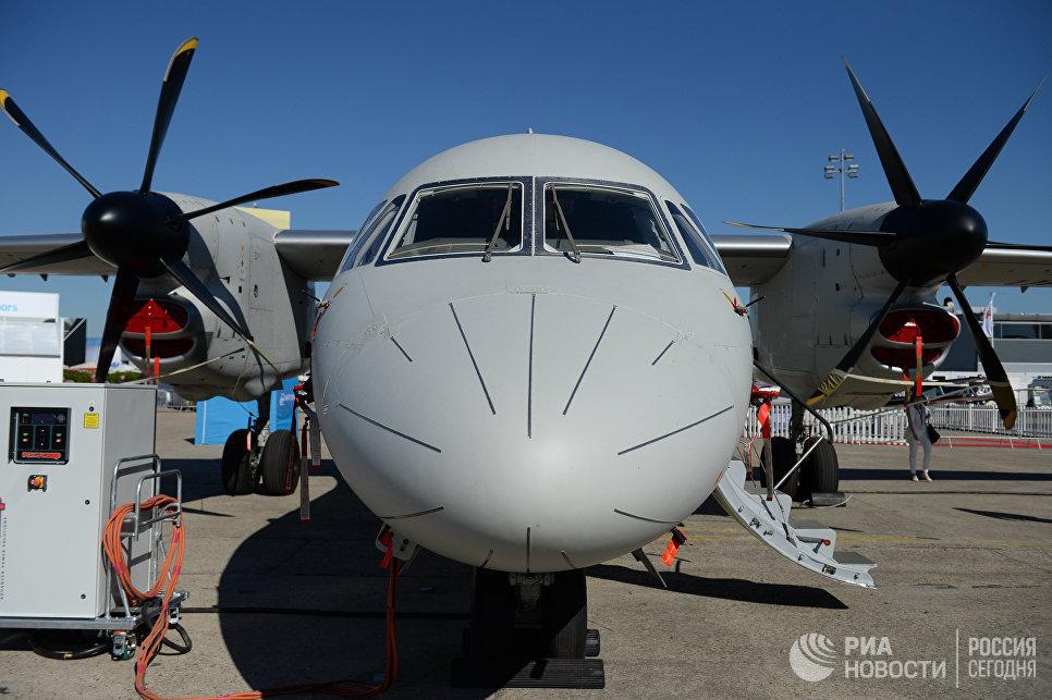 Турбовинтовой многоцелевой транспортный самолет Ан-132 D на Международном авиасалоне Ле Бурже - 2017 во Франции