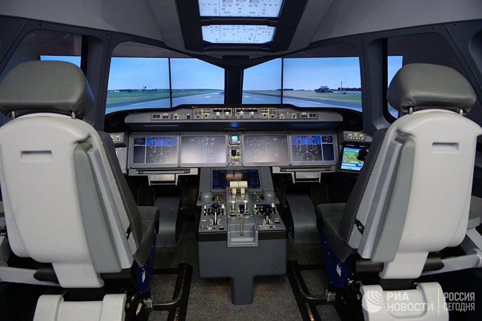 Кабина авиасимулятора на Международном авиасалоне Ле Бурже - 2017 во Франции