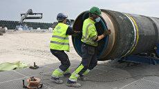 Рабочие подготовливают трубы для строящегося газопровода Северный поток. Архивное фото