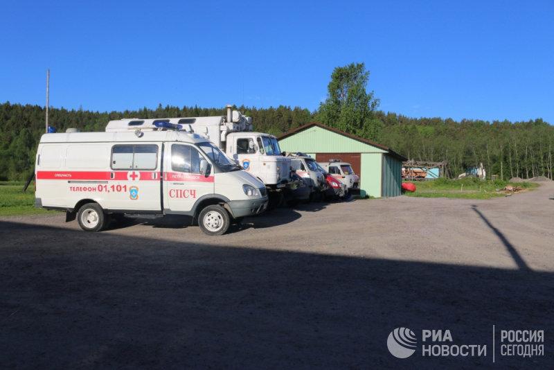 Автомобили скорой помощи и МЧС во время поисковых работ на Ладожском озере, где перевернулась лодка с подростками. 20 июня 2017