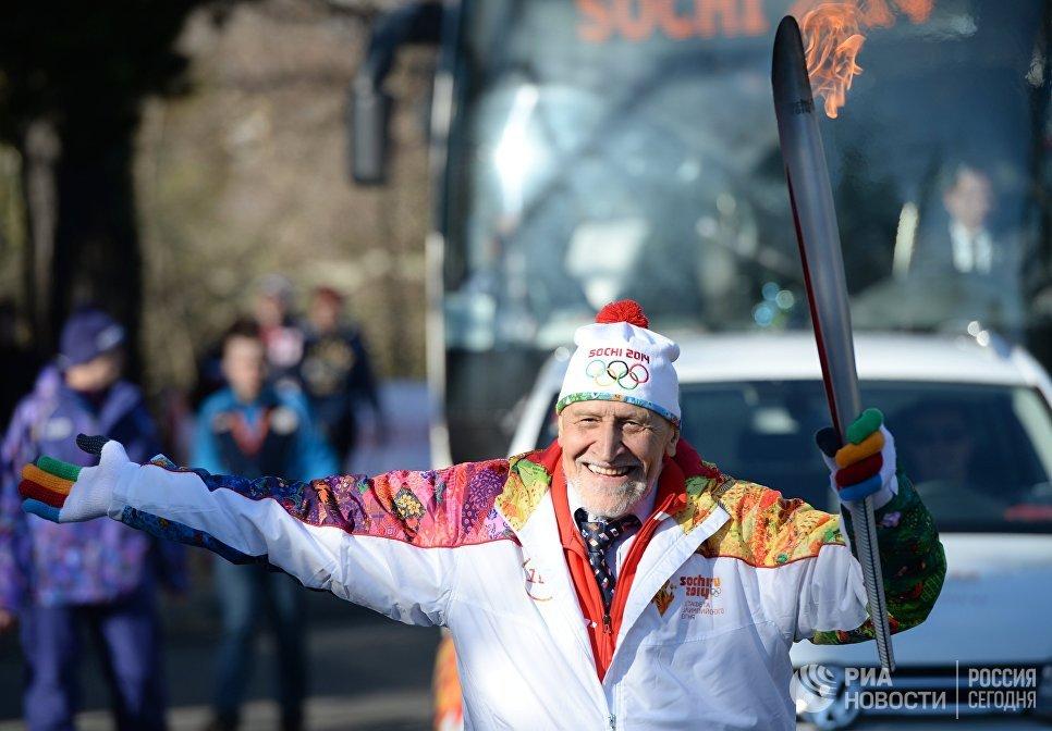 Ученый и телеведущий Николай Дроздов во время эстафеты Олимпийского огня в Сочи