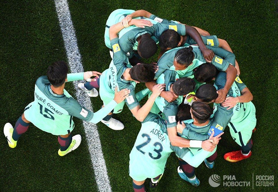 Игроки сборной Португалии радуются забитому голу во время матча Кубка конфедераций-2017 по футболу между сборными России и Португалии