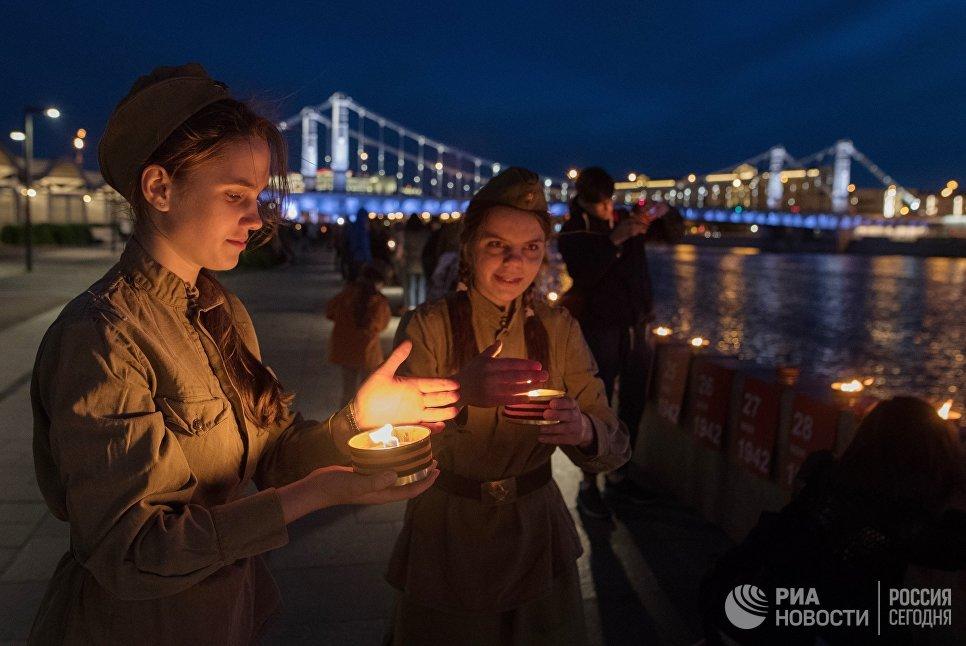 Участники патриотической акции Линия памяти зажигают свечи на Крымской набережной вдоль Москвы-реки в память о погибших в Великой Отечественной войне