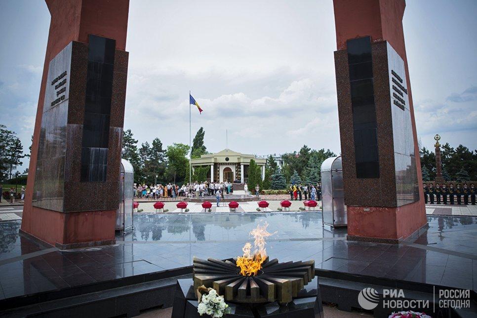 Во время торжественной церемонии перезахоронения останков 62 красноармейцев на мемориале воинской славы Вечность в Кишиневе