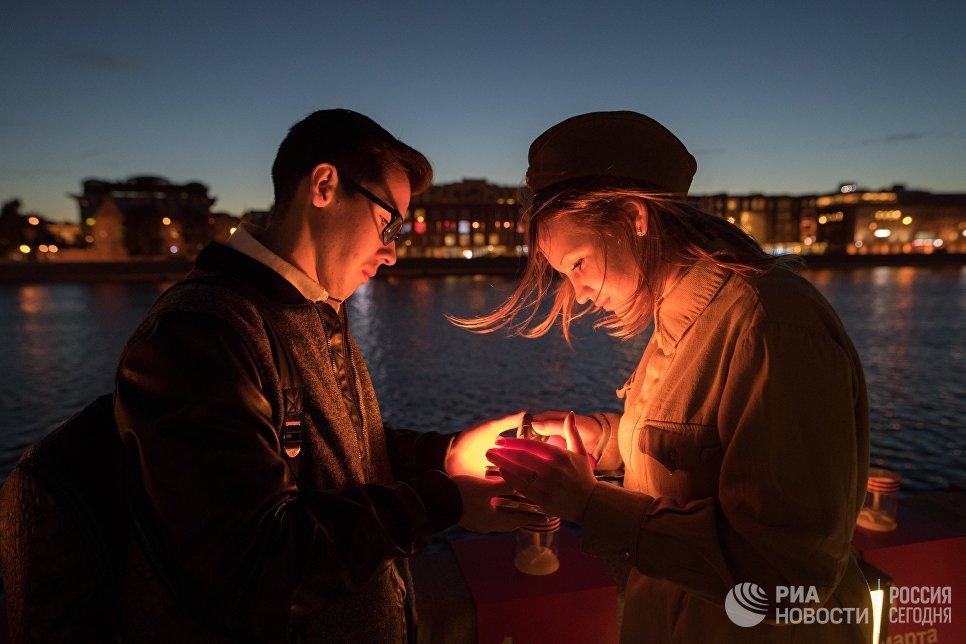 Участники патриотической акции Линия памяти зажигают свечи на Крымской набережной вдоль Москвы-реки в память о погибших в Великой Отечественной войне. На набережной создана инсталляция из 1418 свечей, каждая из которых символизирует один день Великой Отечественной войны