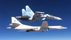 Сопровождение истребителем Су-30СМ бомбардировщика-ракетоносца Ту-160 Военно-космических сил России в небе над Сирией. Архивное фото