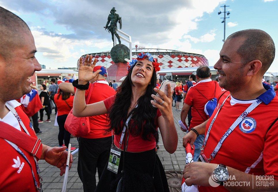 Чилийские болельщики рядом со стадионом Спартак перед началом матча Кубка конфедераций-2017 по футболу между сборными Камеруна и Чили