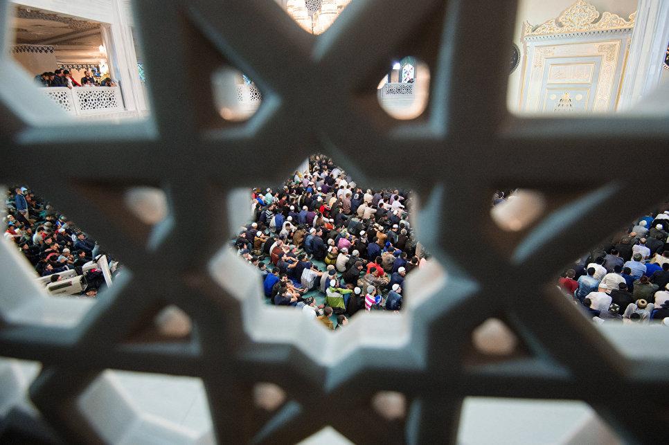 Мусульмане в Соборной мечети в Москве в день праздника Ураза-байрам. 25 июня 2017