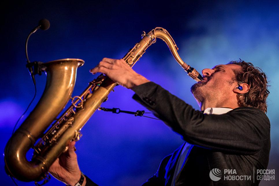 Музыкант группы Parov Stelar выступает на музыкальном фестивале Bosco Fresh Fest 2017 в московском музее-заповеднике Царицыно