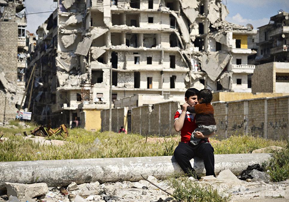Дети на улице разрушенного района Салах-ад-дин в Алеппо. Сирия, 13.04.2016