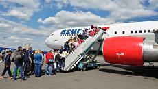 Пассажиры поднимаются в самолет авиакомпании Azur air в аэропорту Домодедово. Архивное фото