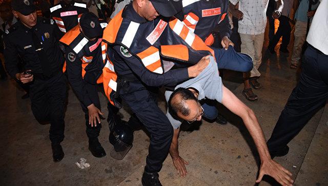 Силы безопасности задерживают демонстранта в городе Рабат, Марокко