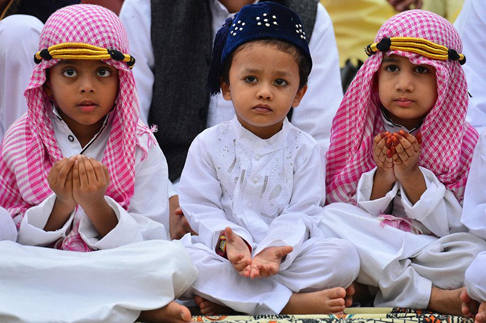 Индийские дети в день праздника Ураза-байрам. 26 июня 2017