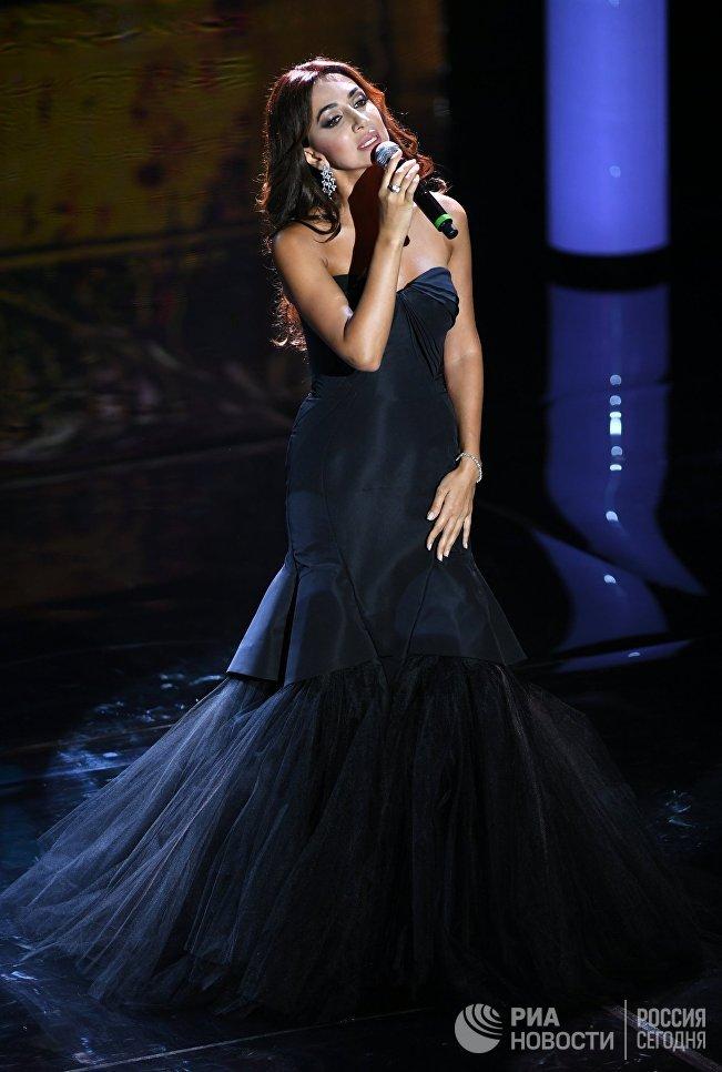 Певица Зара выступает на церемонии закрытия 39-го Московского Международного кинофестиваля