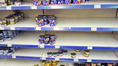 Пустые прилавки в одном из сетевых магазинов на Украине. Архивное фото