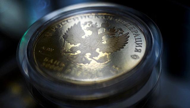 Герб Российской Федерации на монете. Архивное фото