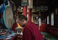 Буддийский лама во время молитвы в Иволгинском дацане в Бурятии