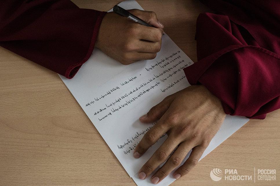Студент буддийского университета Даши Чойнхорлин имени Дамба Даржа Заяева в Иволгинском дацане в Бурятии