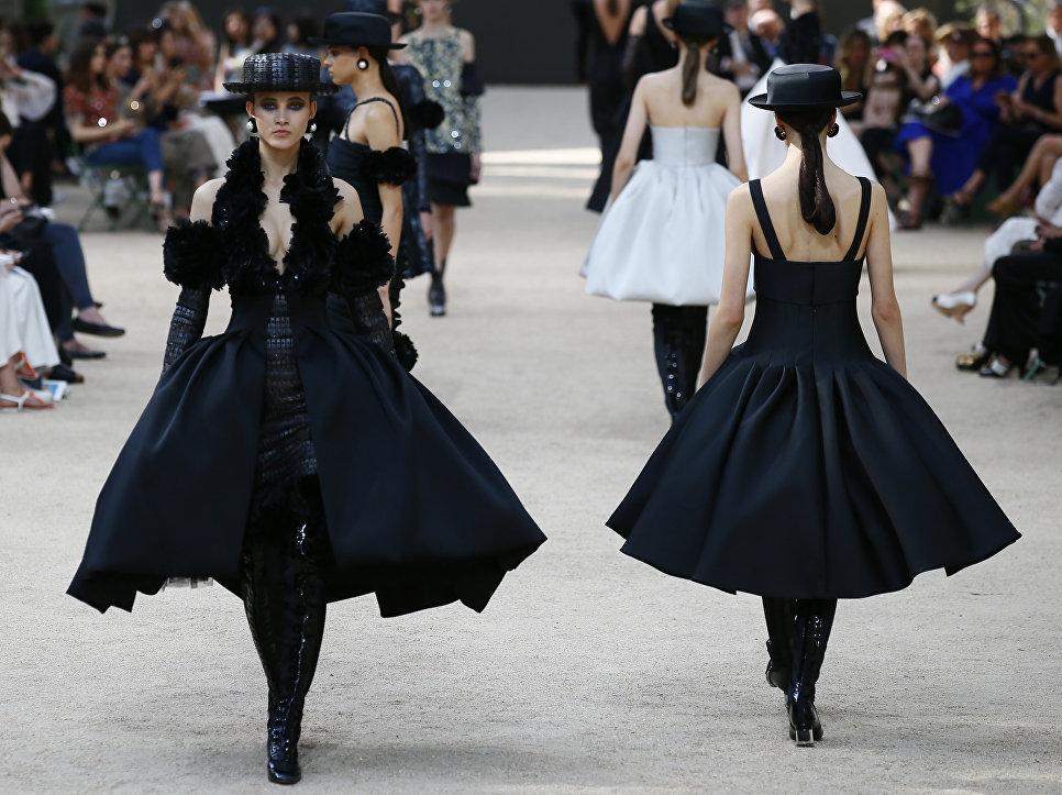 Показ коллекции Chanel на Неделе высокой моды сезона осень/зима 2017-2018 в Париже