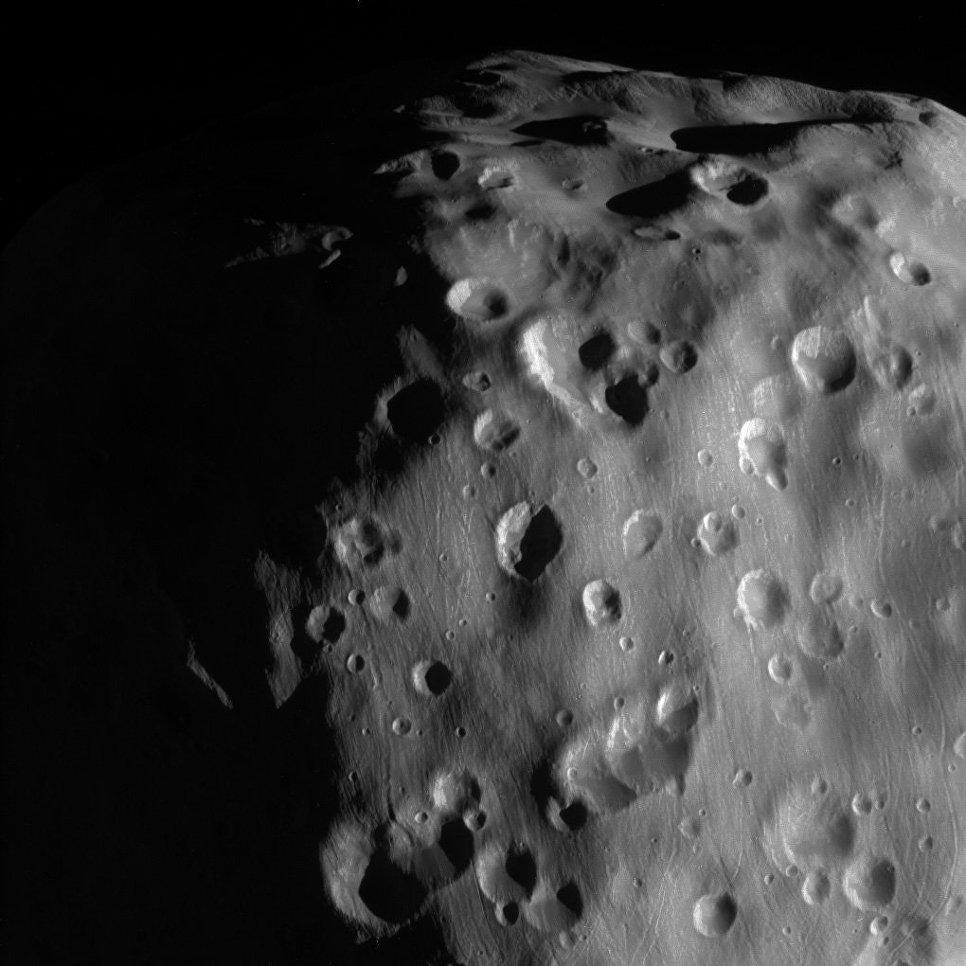 Фотография поверхности Эпиметея, одной из самых небольших лун Сатурна