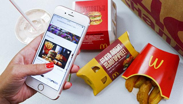 Клиент оформляет заказ в сети ресторанов быстрого питания McDonald's в Москве через мобильное приложение UberEats