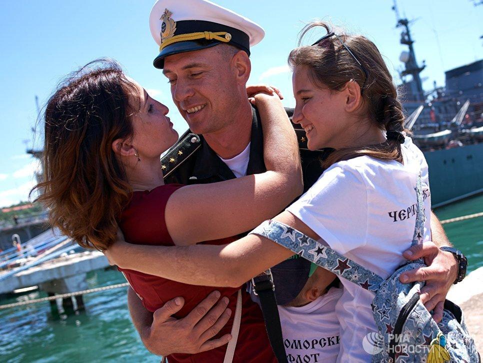 Церемония встречи фрегата Адмирал Эссен, прибывшего в Севастополь после выполнения боевых задач у берегов Сирии