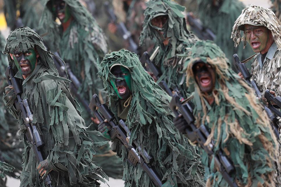 Солдаты во время военного парада в честь 206 годовщины Независимости Венесуэлы в Каракасе