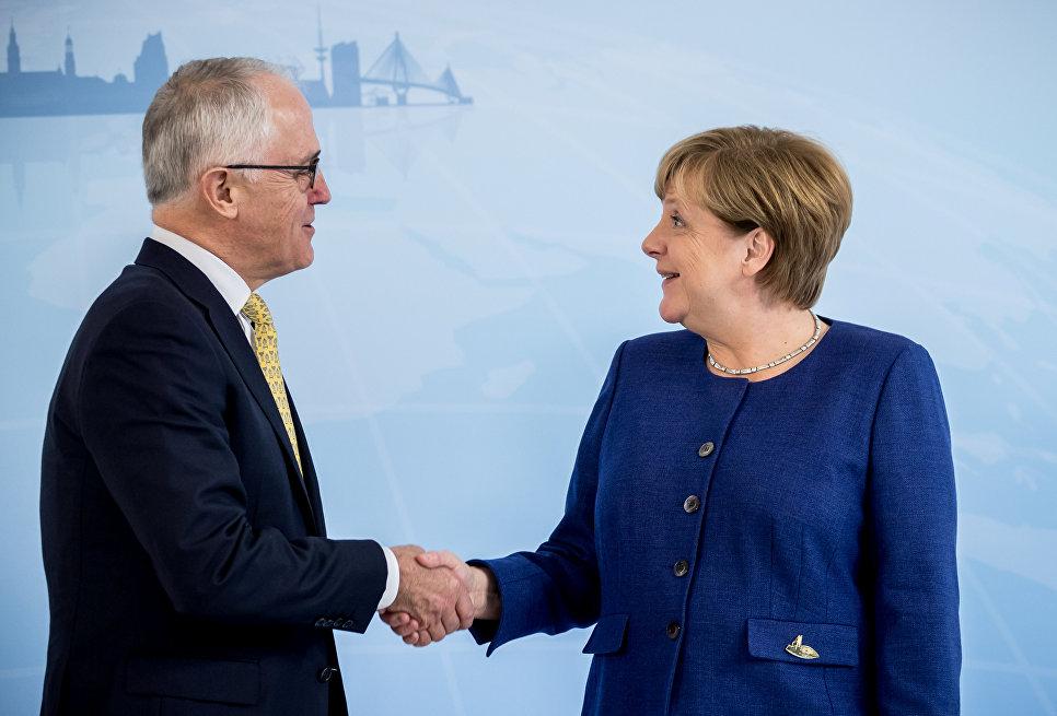 Премьер-министр Австралии Малкольм Тернбулл во время встречи с канцлером Германии Ангелой Меркель накануне саммита G20 в Гамбурге