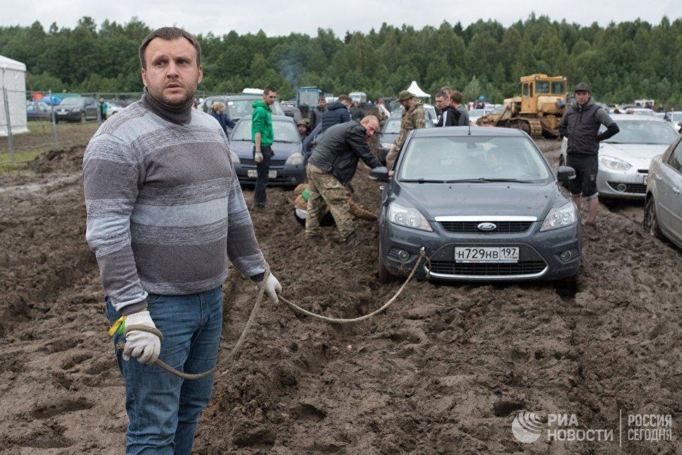 Зрители вытаскивают машину на музыкальном фестивале Нашествие 2017 в Тверской области