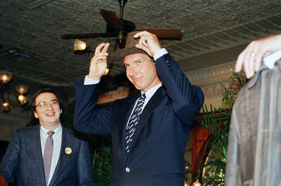 Американский актер Харрисон Форд примеряет шляпу, которую носил его персонаж в фильмах про Индиана Джонс